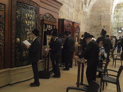 Rabinos en oración en Muro de Lamentaciones